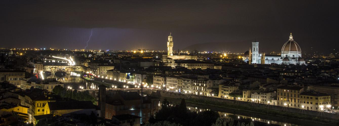 Panorama - Gewitter über dem nächtlichen Florenz