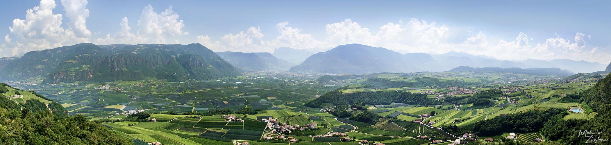 Panorama mit Blick Richtung Bozen, Missian, Eppan...