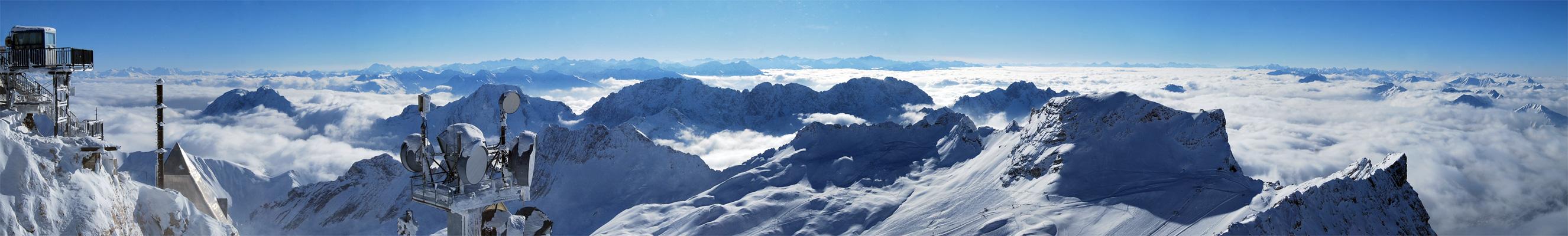 Panorama mit Technik über den Wolken