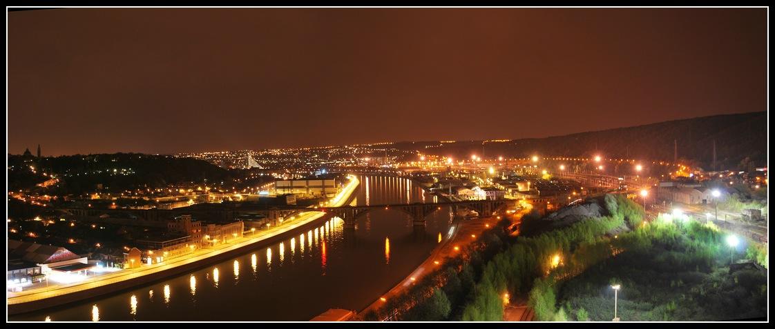 Panorama nocturne de la meuse à Liège