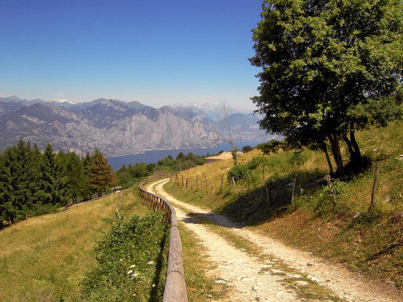 Panoramaweg über dem Gardasee