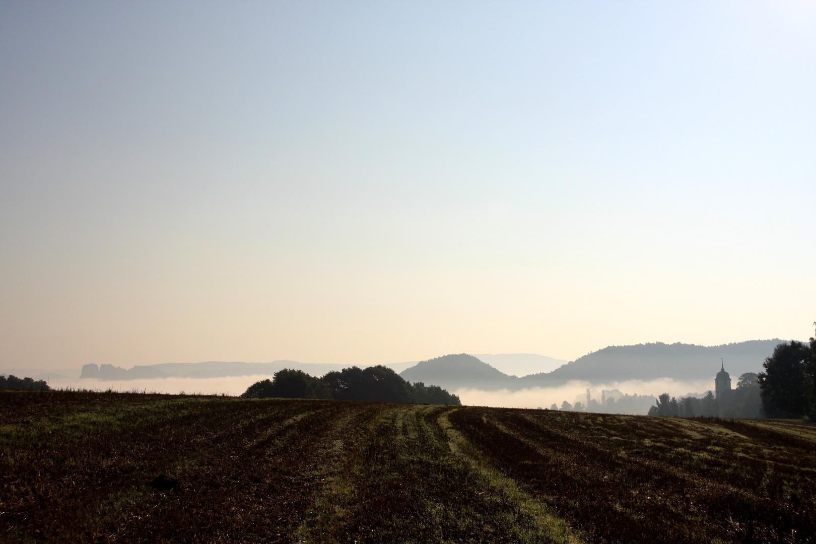Papstdorf im Morgennebel
