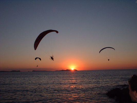 Paragleiter folgen der Sonne