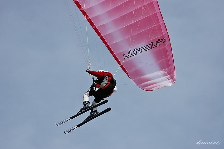 Paraglider auf Ski