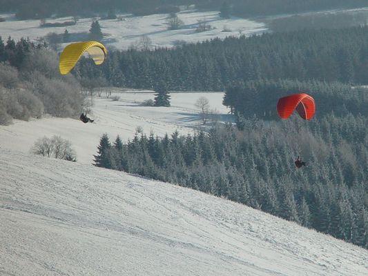 Paraglider im Winter auf der Wasserkuppe