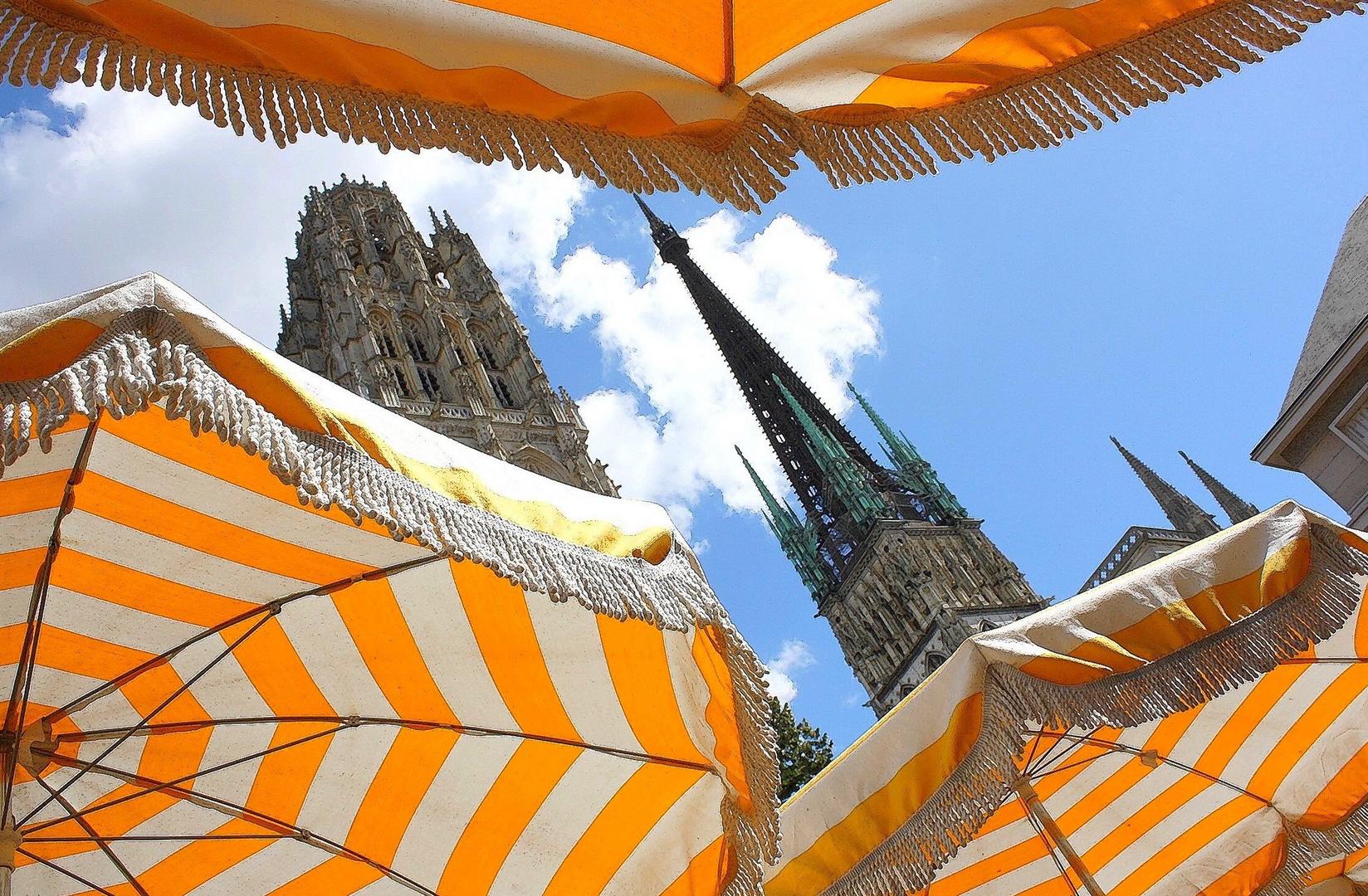 Parasols et cathédrale Rouen