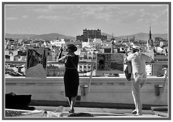 Pareja contemplando las azoteas de Madrid (B&W)