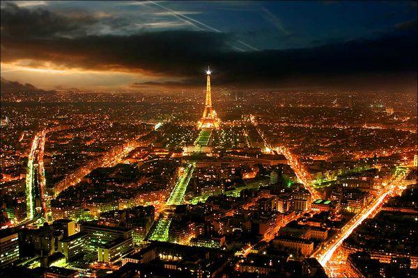 Paris bei Nacht mit Wahrzeichen