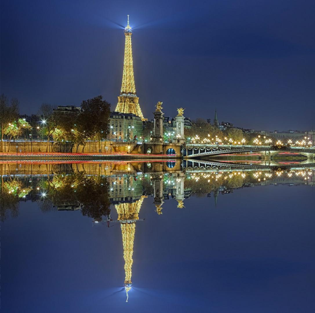 Paris Eiffelturm beleuchtet mit Spiegelung
