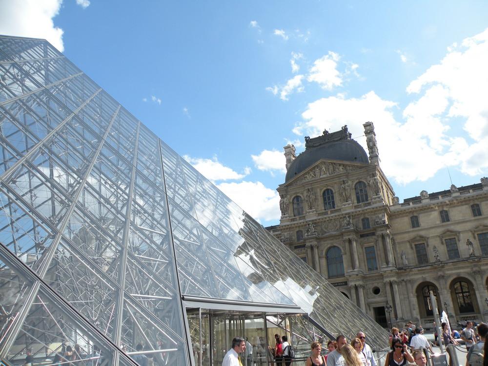paris le Louvre et pyramide