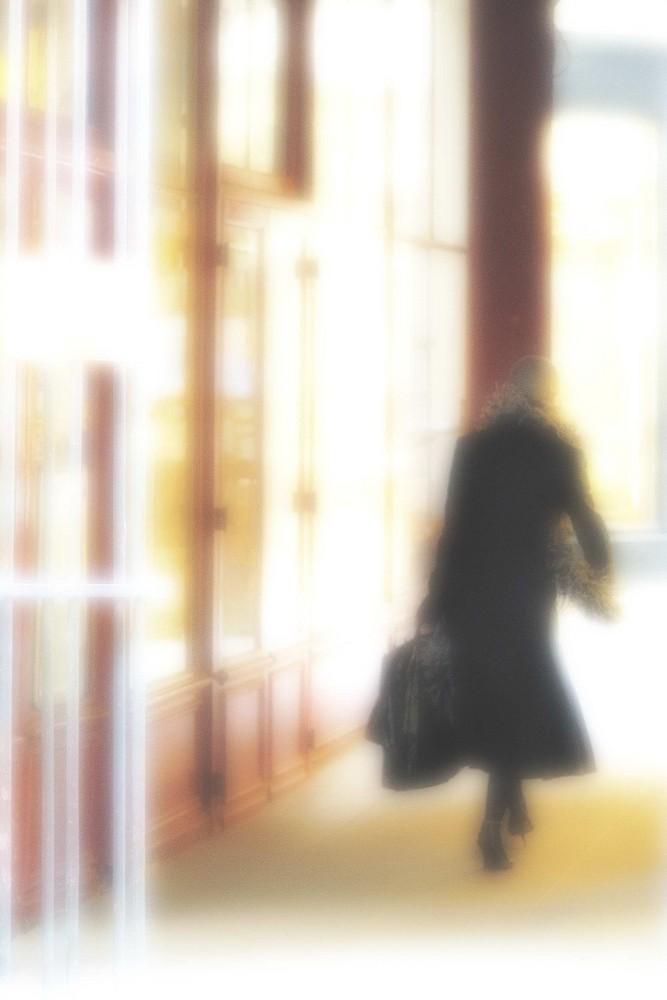 PARIS - Madame in schwarz - in roter Umgebung