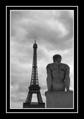 Paris, regardant la Tour Eiffel.