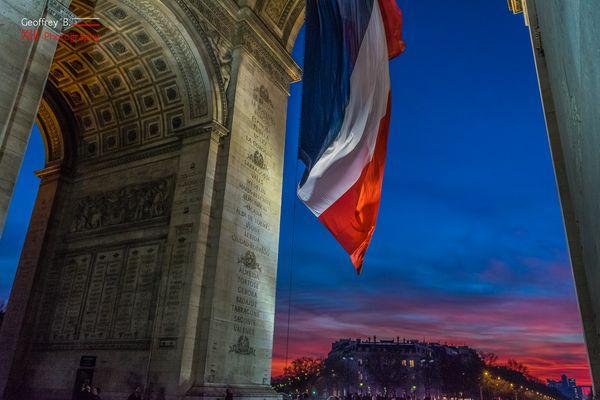 Paris s'endort sous un ciel Bleu Blanc Rouge