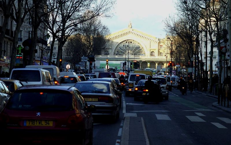 Pariser Autoverkehr am späten Nachmittag