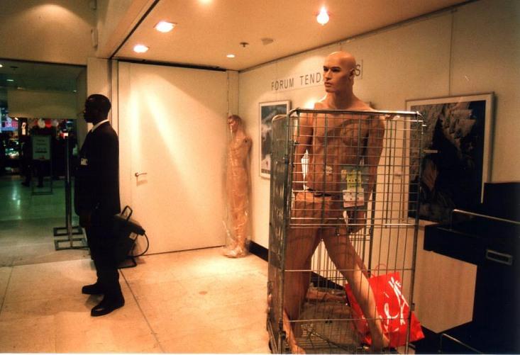 Pariser Impressionen: Weißer Mann im Käfig