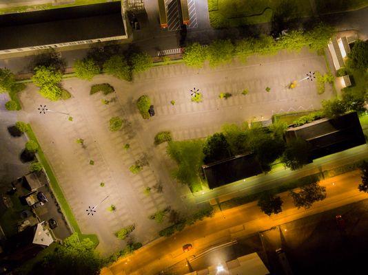 Parkplatz im Industriegebiet bei Nacht