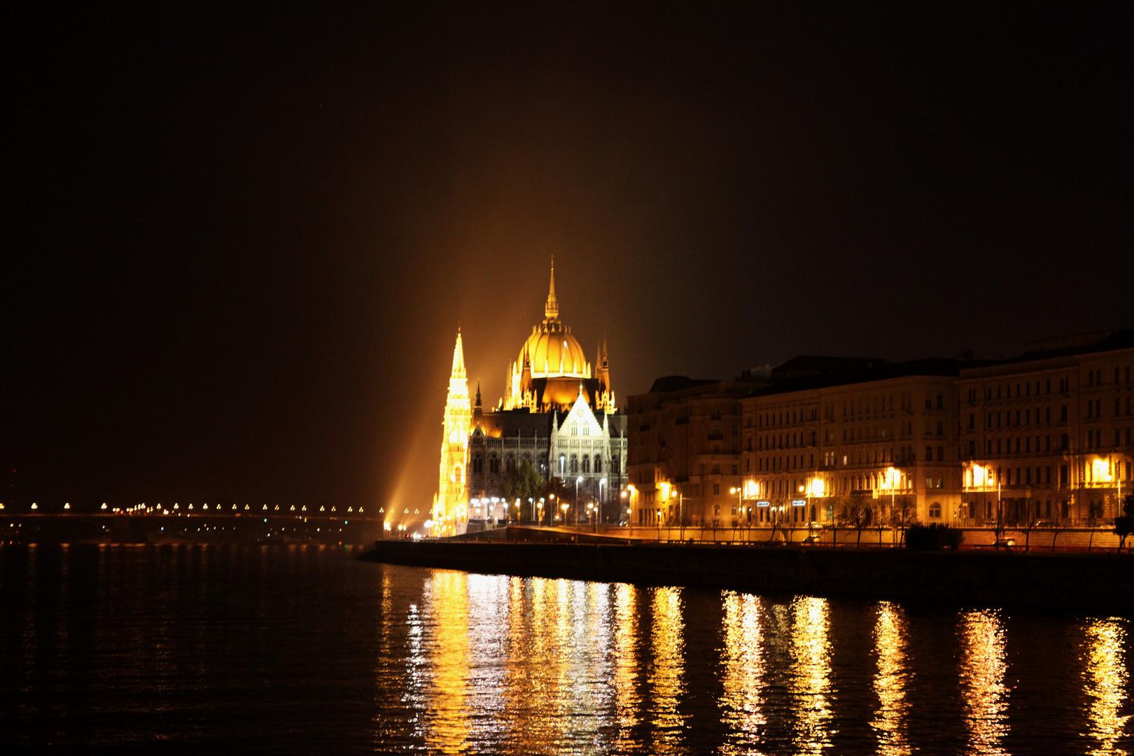 Parlament seitlich bei Nacht