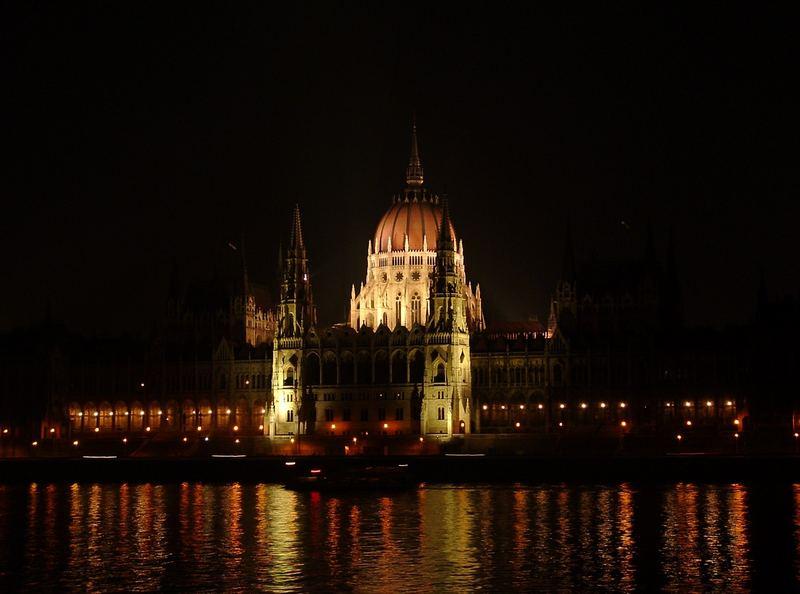 Parlamentsgebäude am Donauufer bei Nacht (Budapest)