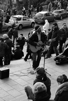 Partage musical au pied du Sacré Coeur ( Montmartre, Paris )
