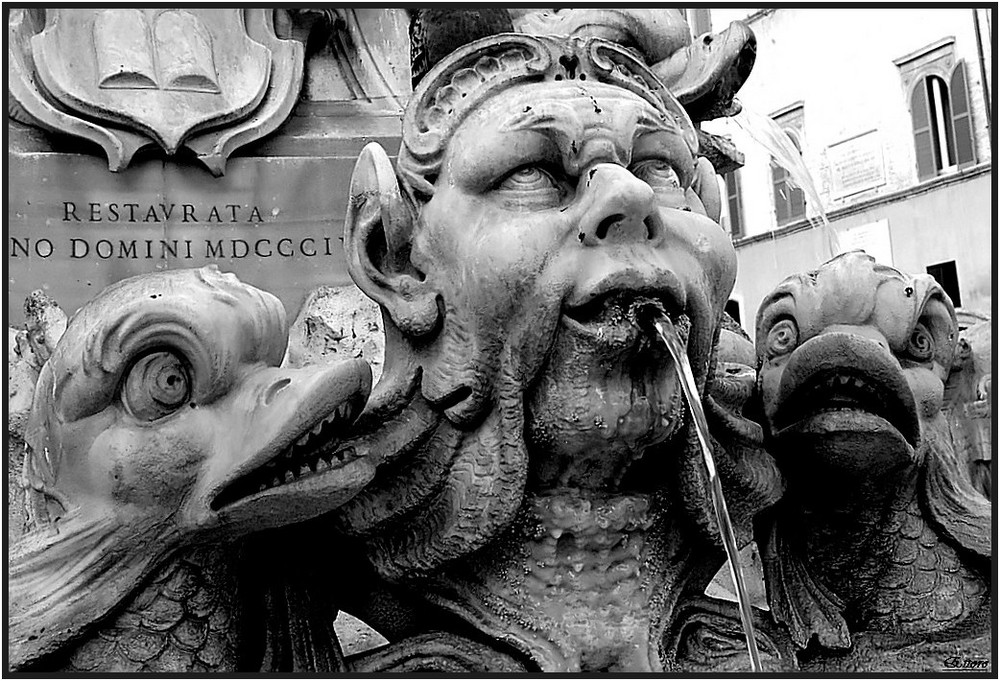 Particolare della fontana del Panteon.
