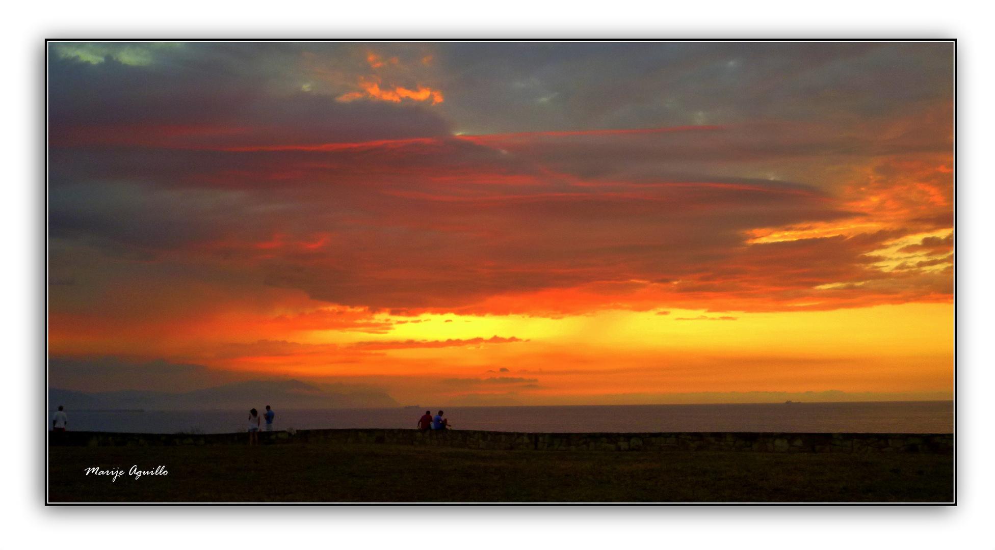 paseando a la puesta de sol