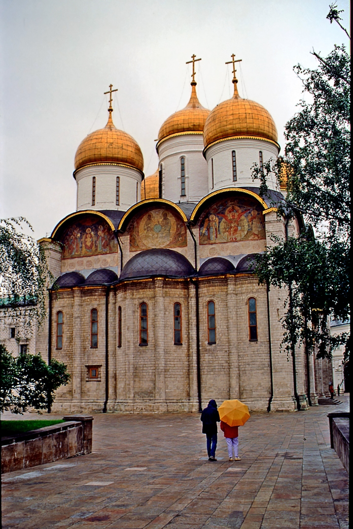 Paseando bajo la lluvia en el Kremlin