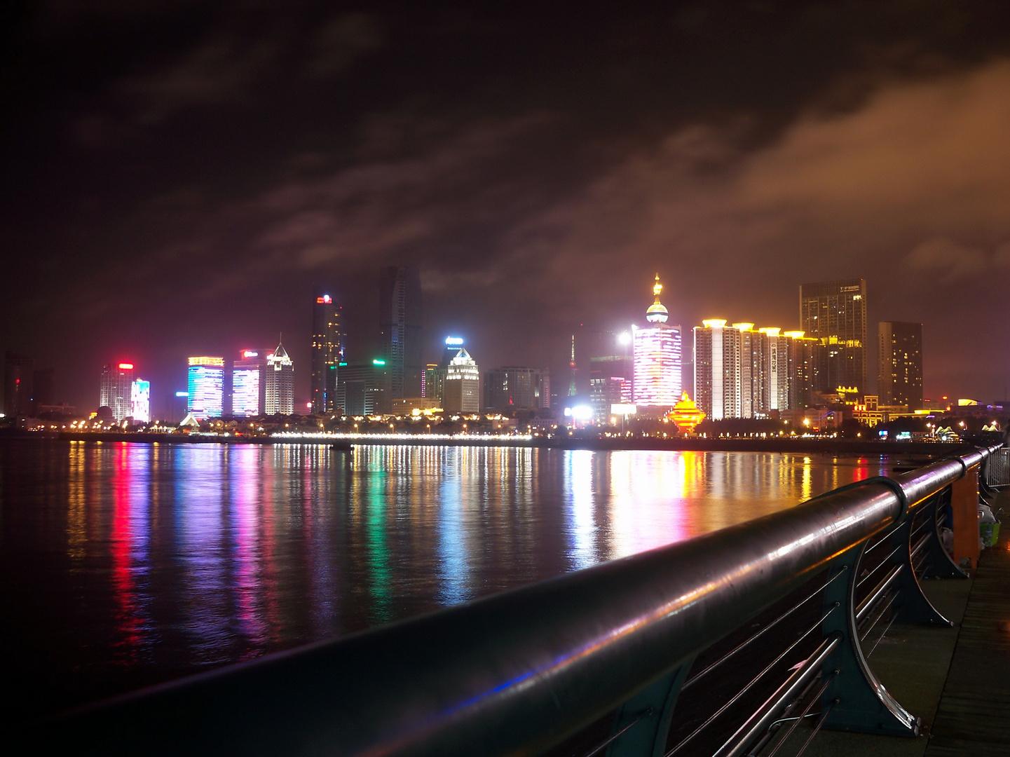Paseo nocturno en Qingdao, China