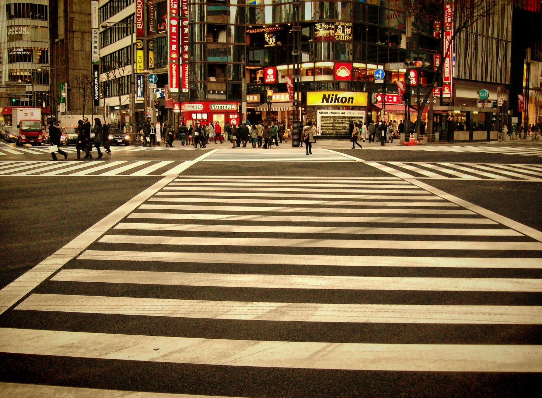 Paso de peatones algo complejo aquí en el imperio se cerraría el semáforo y no estaríamos de acuerdo