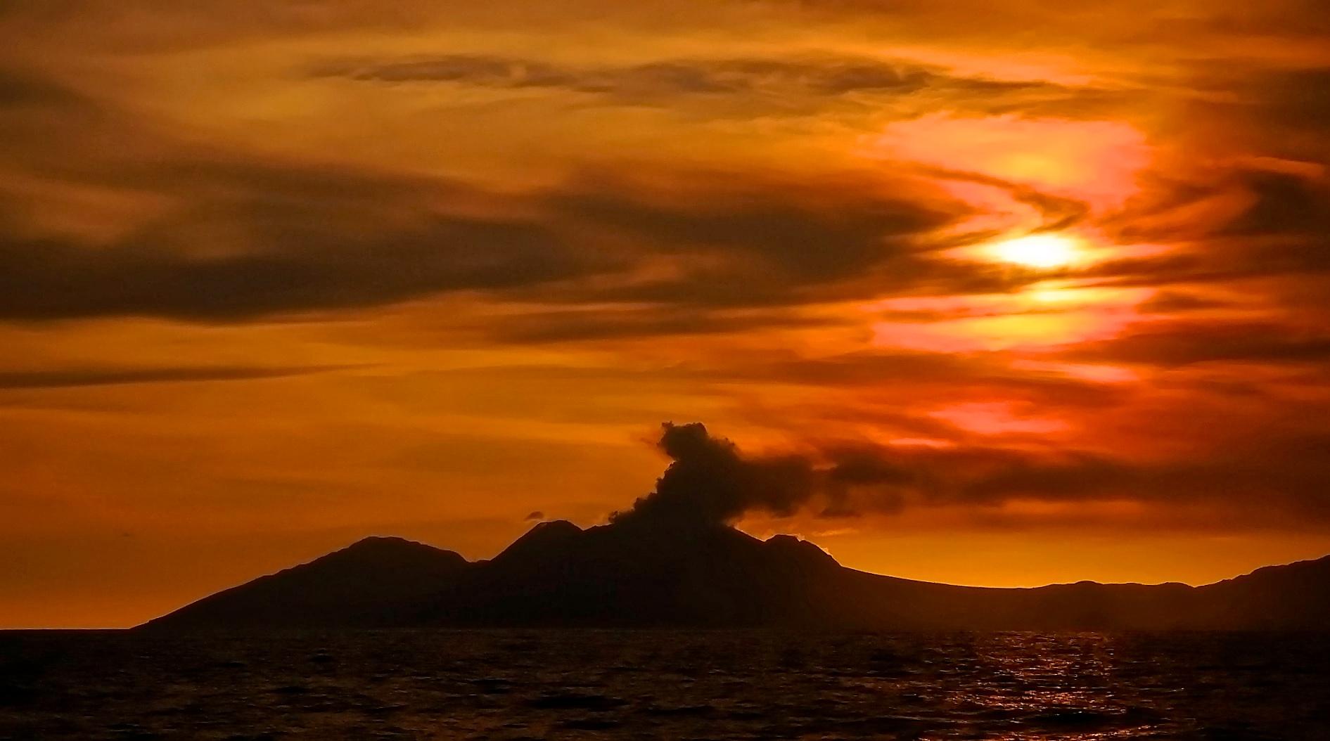 Passage des aktiven Vulkans von Montserrat bei Sonnenuntergang