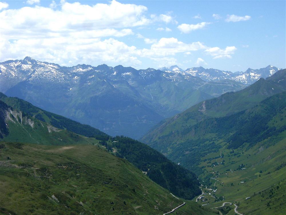 Passé le col du Tourmalet vision de la vallée suivante et la montagne