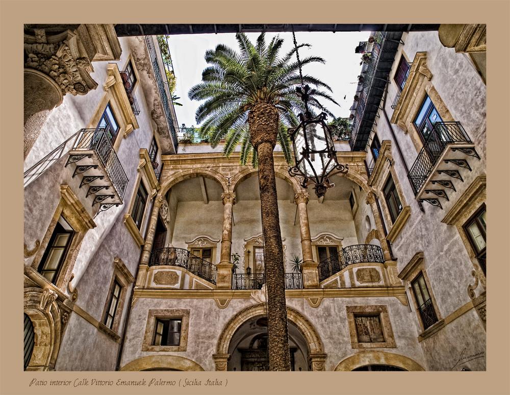 Patio interior Calle Vittorio Emanuele Palermo ( Sicilia Italia )