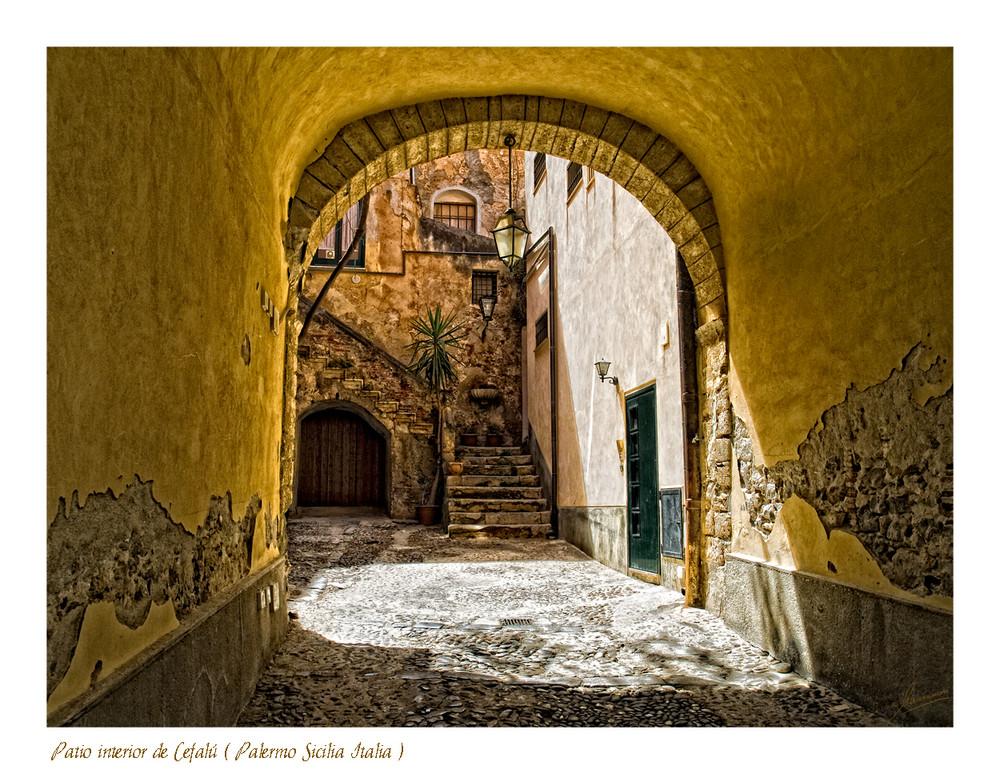Patio interior de Cefalú ( Palermo Sicilia Italia )
