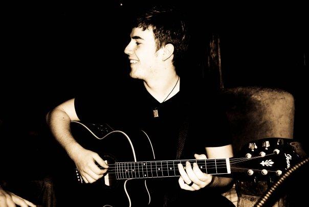 Paul à a guitare .