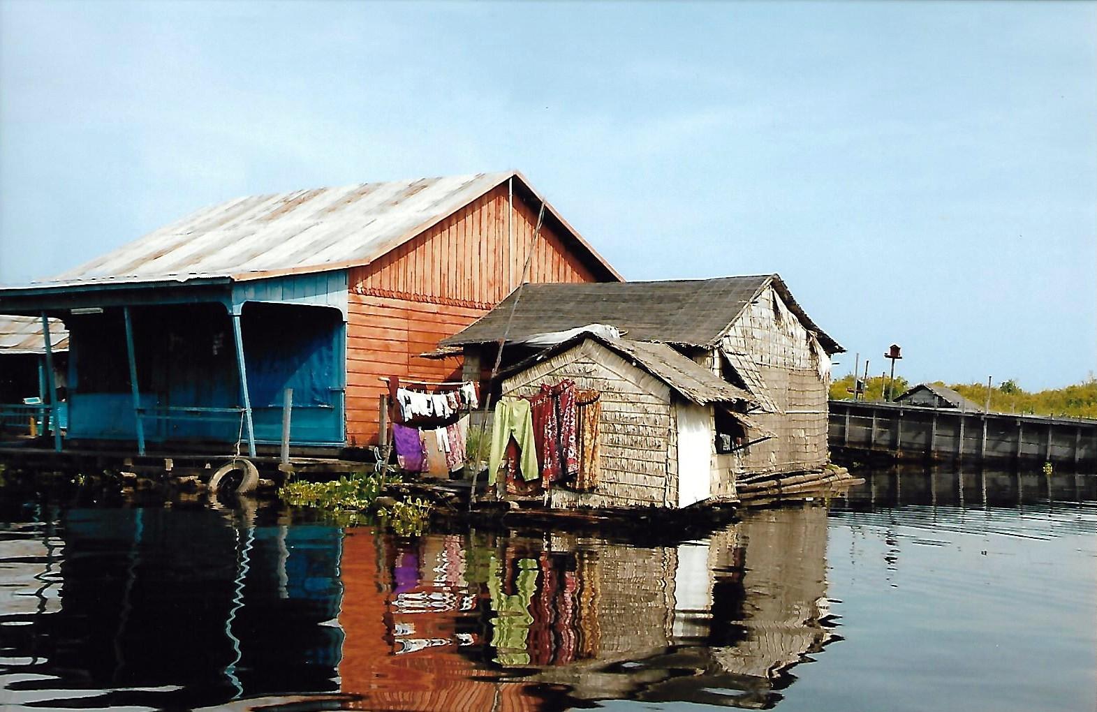 pauvre habitat sur le lac tonle sap
