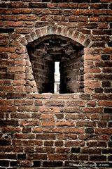 Pavia, castello Visconteo, feritoia