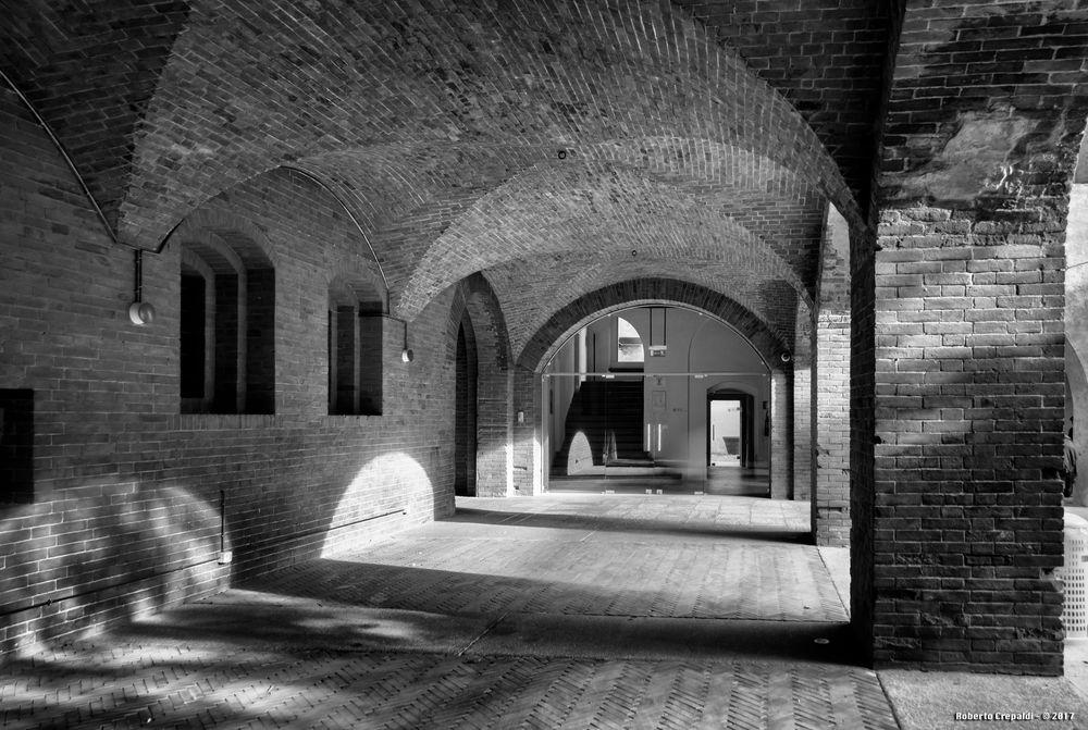Pavia, portici del Broletto