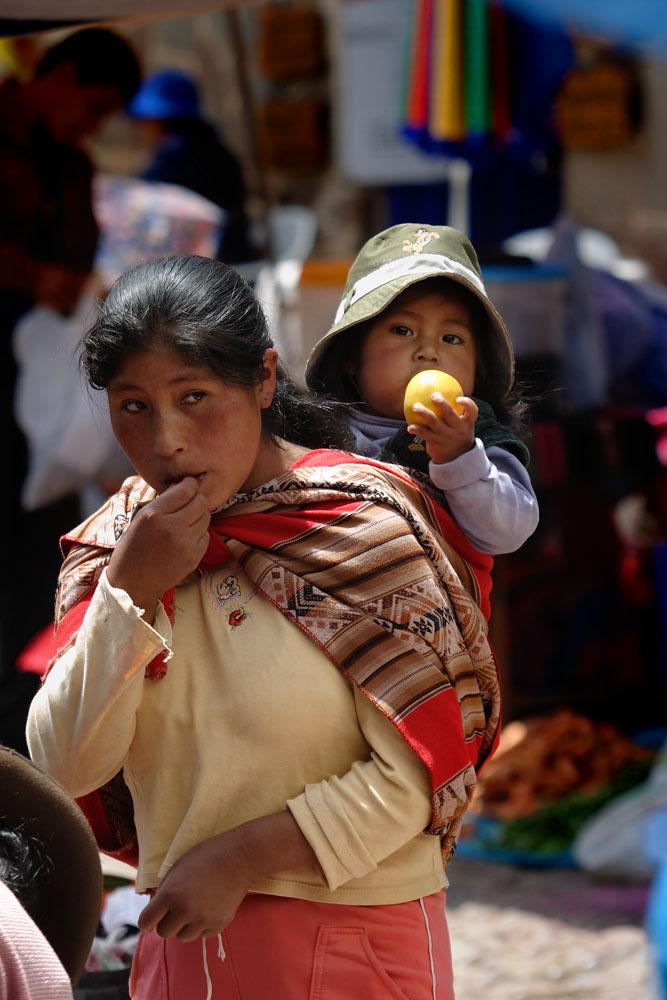 Paysanne et son enfant sur le marché de Pisac, vallée de l'Urubamba, Pérou