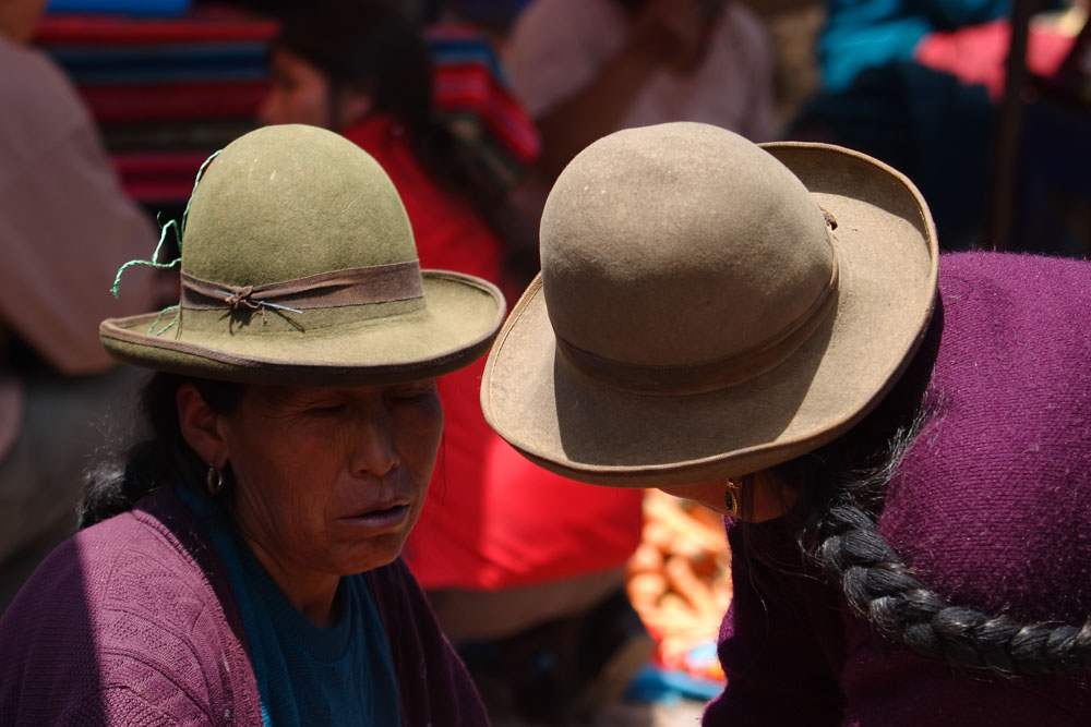 Paysannes sur le marché de Pisac, vallée de l'Urubamba, Pérou