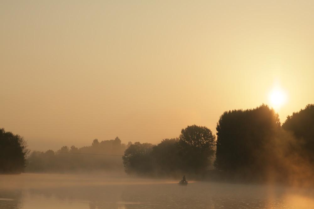 pêcheur sur le cher dans la brume du petit matin.
