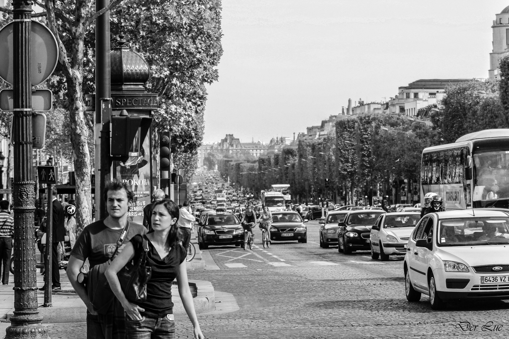 Peace-Zeichen, grünes Ampelmännchen und Paris Spectacle