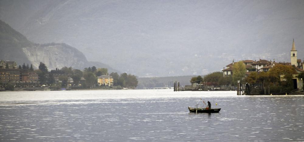 Pecheur sur le lac majeur