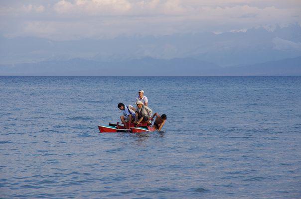Pédalo sur le llac Issy kul