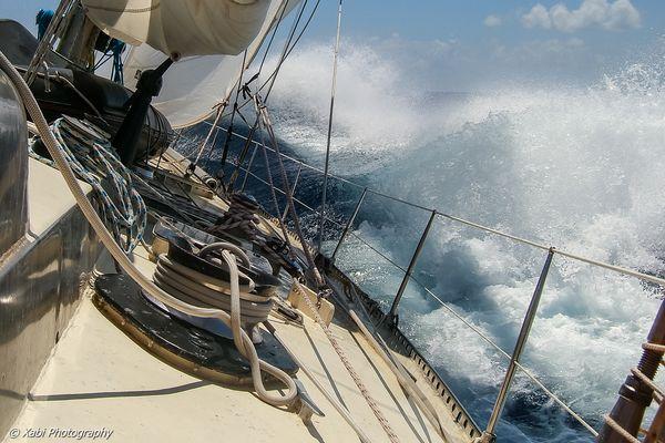 Pen Duick VI au près serré dans l'Atlantique Sud