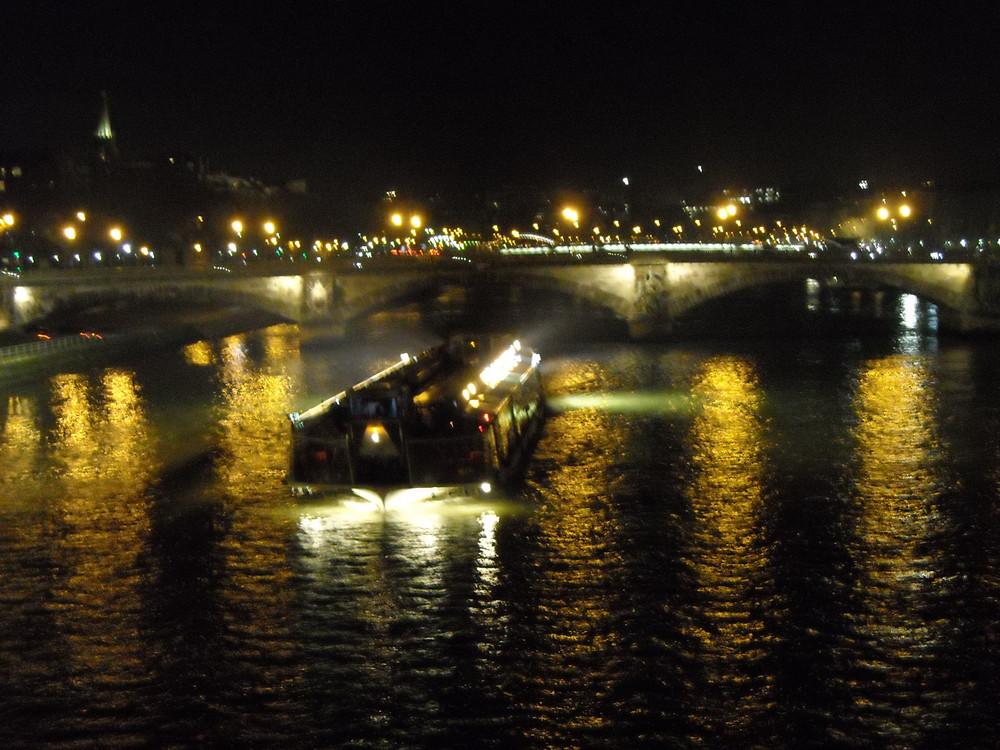 péniche sur la Seine vue de nuit