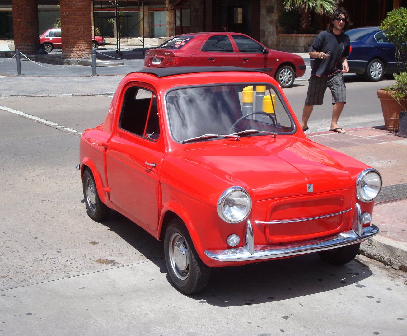 Pequeño auto rojo