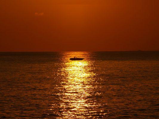 Per Boot durch die brennende See