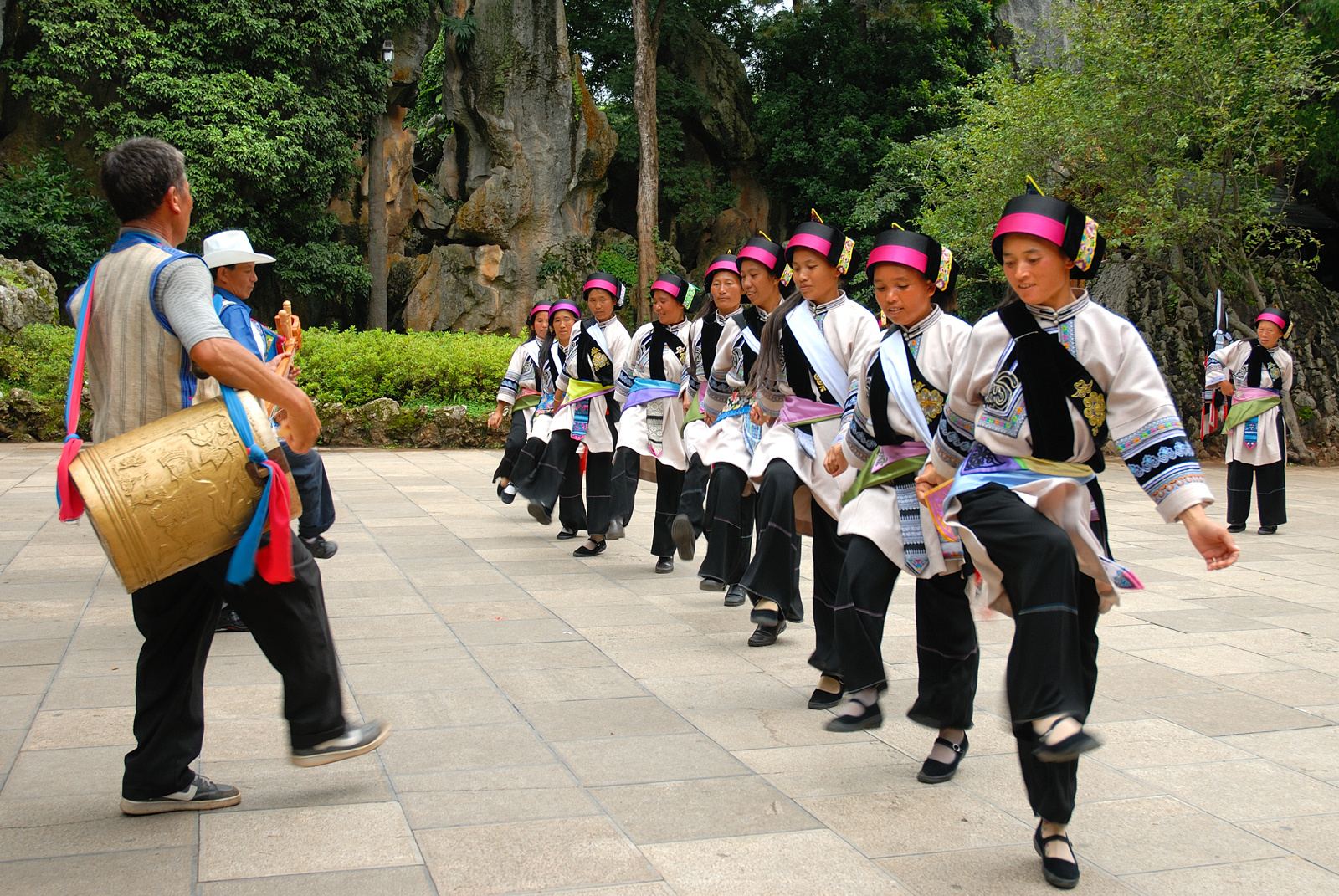 Performance in Stone Forest / Shilin