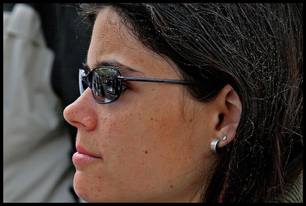 Perlen im Haar - - - oder Die entschlossene Betrachterin
