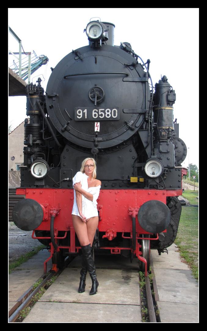 Personen vor der Lokomotive...