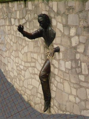 personnage sortant d'un mur.